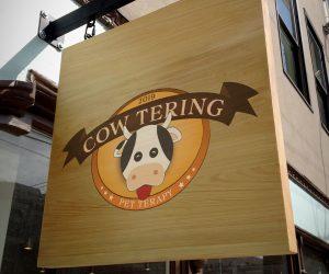 Cow-Tering insegna su legno